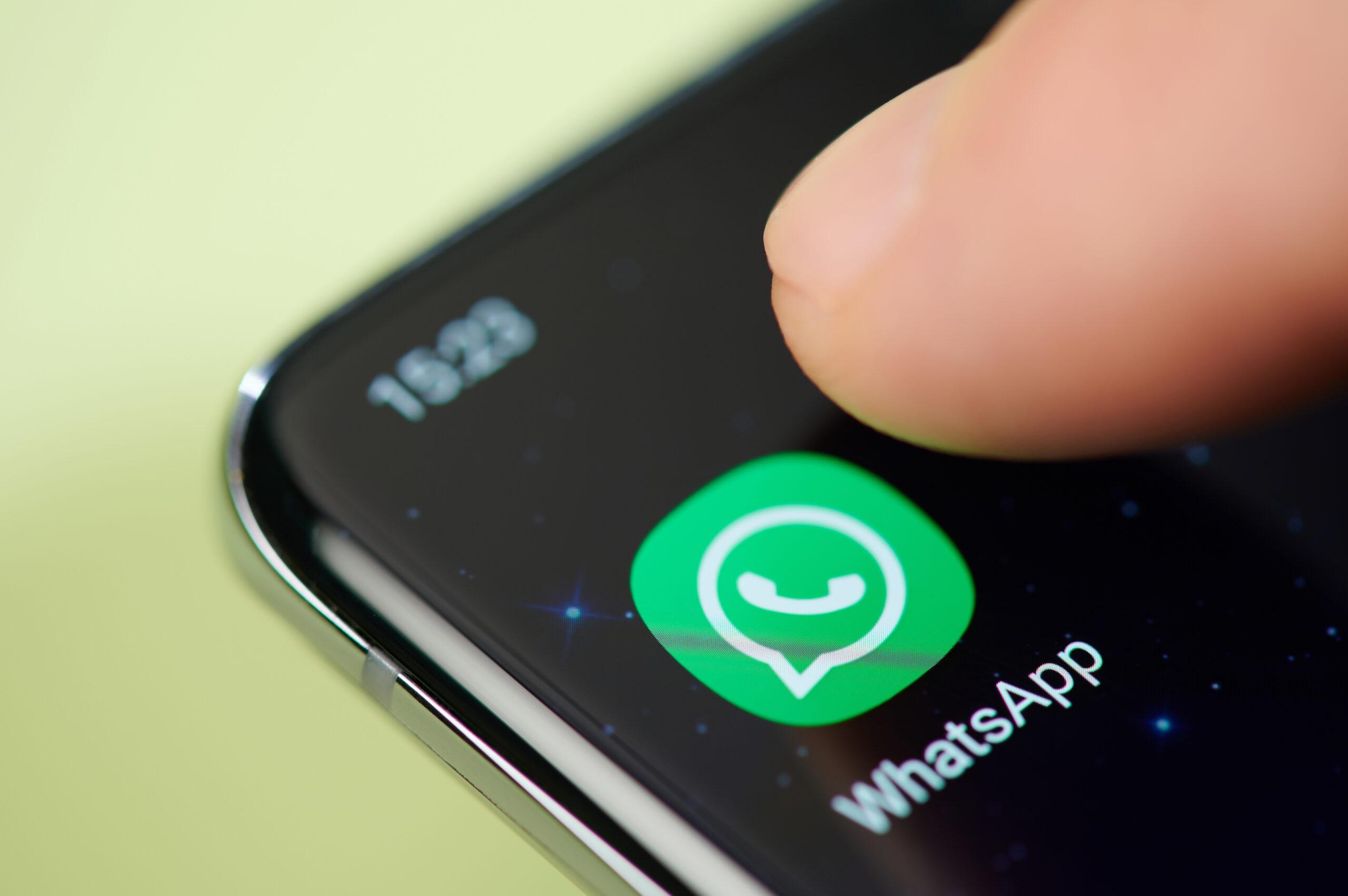 whatsapp icono pantalla dedo